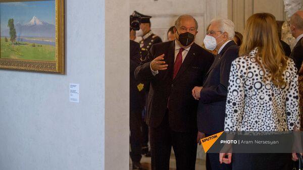 Президенты Армении и Италии Армен Саркисян и Серджио Матарелла на выставке армянских художников (6 октября 2021). Рим - Sputnik Армения