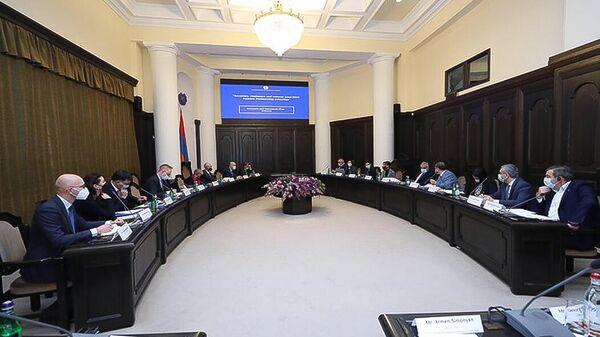 Рабочее обсуждение пакета содействия Армении в рамках экономического и инвестиционного плана ЕС во главе с Мгером Григоряном и Лоуренсом Мередитом (6 октября 2021). Еревaн - Sputnik Армения