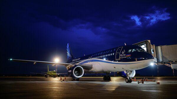 Самолет авиакомпании Azal на стоянке международного терминала B аэропорта Толмачёво в Новосибирске - Sputnik Армения