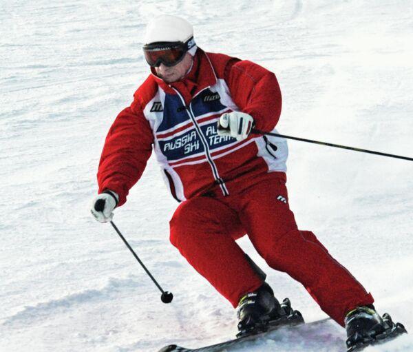 """Владимир Путин спускается на лыжах с горы во время отпуска в горнолыжном центре """"Абзаково"""" недалеко от Магнитогорска. - Sputnik Армения"""