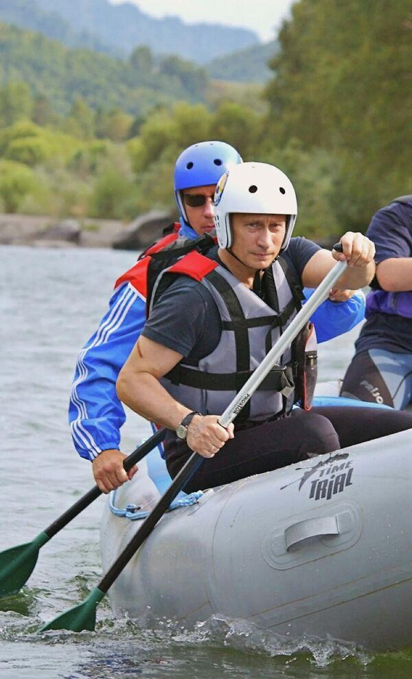 Президент России Владимир Путин во время краткосрочного отпуска в Алтайском крае совершил двухчасовой сплав на рафтах по горной реке Чарыш - Sputnik Армения