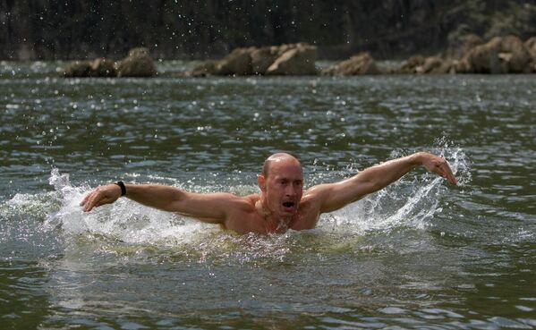 В 2009-м, будучи премьер-министром, Путин сплавился по Хемчику до места его впадения в Енисей. - Sputnik Армения
