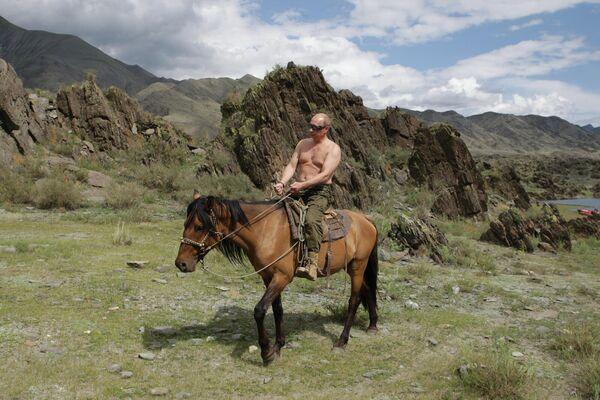 """Фотографии президента РФ с голым торсом в 2009 году удивили зарубежную прессу, на что сам Путин ответил: """"ничего в этом плохого не вижу"""". - Sputnik Армения"""