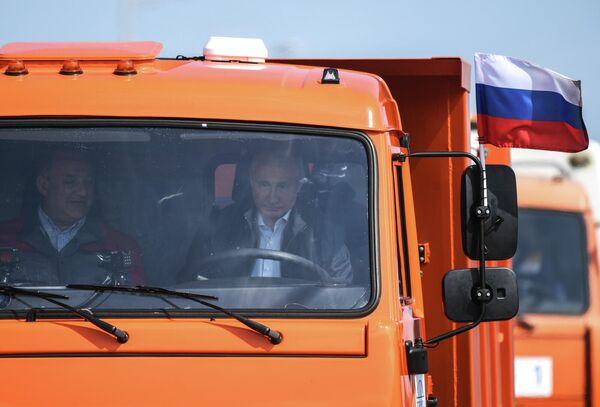 Президент России Владимир Путин за рулем головной автомашины Камаз во время проезда колонны строительной техники по автодорожной части Крымского моста - Sputnik Армения