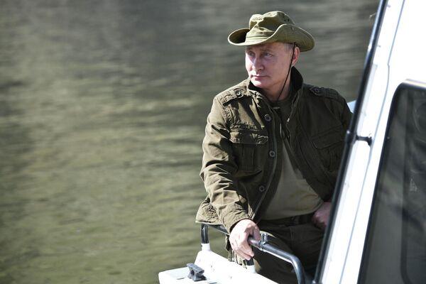 """В 2018-м Путин провел выходные на Енисее и за два дня, с 25 по 26 августа, успел """"походить по горам и полюбоваться красотами. - Sputnik Армения"""