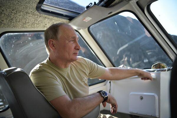 Владимир Путин во время отдыха в Саяно-Шушенском заповеднике  в Республике Тыва. - Sputnik Армения