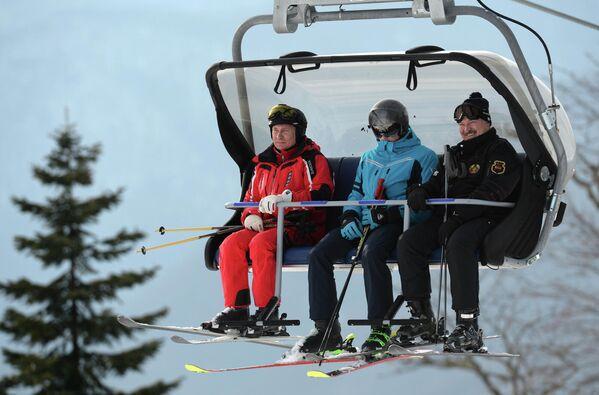 Президенты России и Беларуси Владимир Путин и Александр Лукашенко с сыном Николаем во время катания на лыжах - Sputnik Армения