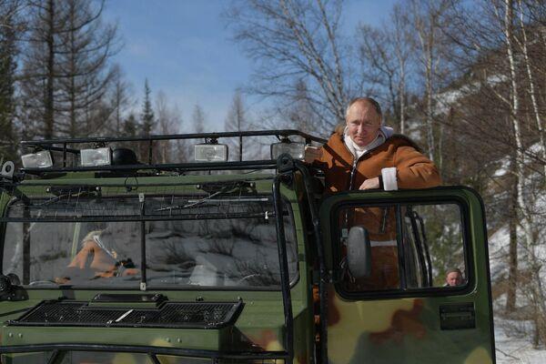 В сентябре 2021 года Владимир Путин и Сергей Шойгу (министр обороны РФ) побывали на Дальнем Востоке. Они рыбачили на реке, гуляли по горам, а также сплавлялись на катере. - Sputnik Армения