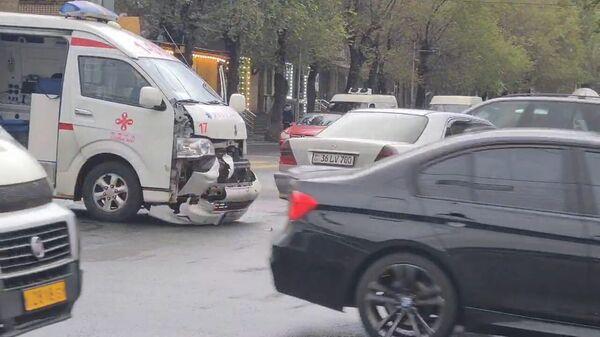 Կոմիտաս-Վաղարշյան խաչմերուկում շտապօգնության ավտոմեքենա է վթարի ենթարկվել - Sputnik Արմենիա