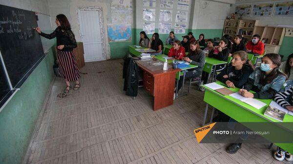 Мелания Ованнисян объясняет новый урок ученикам школы села Драхтик Гегаркуникской области - Sputnik Армения