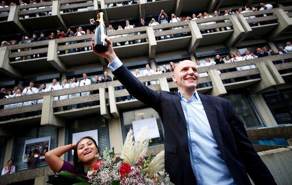 Немецкий ученый Бенджамин Лист, который вместе с Дэвидом Макмилланом получил Нобелевскую премию 2021 года по химии за разработку асимметричного органокатализа, празднует победу в Институте исследования угля Макса Планка в Мюльхайм-ан-дер-Рур, Германия, 6 октября. 2021 г - Sputnik Армения