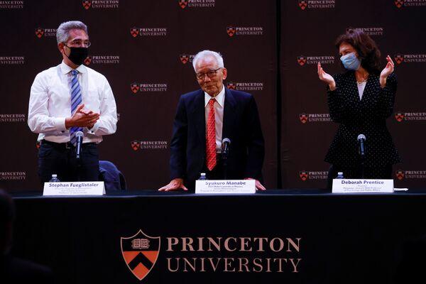 Метеоролог из Принстонского университета профессор Сюкуро Манабе, получивший долю Нобелевской премии 2021 года по физике, на пресс-конференции. Стефан Фуэглисталер и Дебора Прентис хлопают в ладоши, чтобы поздравить его в университете в Принстоне, штат Нью-Джерси, США, 5 октября 2021 года - Sputnik Армения
