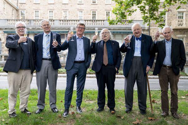 """Слева направо: лауреаты Нобелевской премии Принстонского университета Эрик Фрэнсис Вишаус, биолог, Джозеф Хутон Тейлор-младший, астрофизик, Дэвид В.К. Макмиллан, Дункан Холдейн, физик, Ангус Дитон, экономист, и Кристофер Симс, экономист, поднимают бокал в честь Макмиллана, одного из двух лауреатов Нобелевской премии по химии, в Принстонском университете 6 октября 2021 года, в Принстоне, штат Нью-Джерси.Работа Бенджамина Листа из Германии и шотландца Дэвида У.С. Компания MacMillan была награждена за открытие """"гениального"""" и экологически чистого способа создания молекул, которые можно использовать для изготовления всего, от лекарств до пищевых ароматизаторов. - Sputnik Армения"""