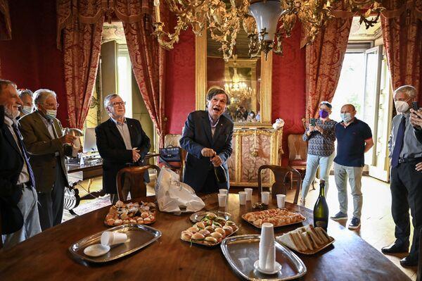 Итальянский ученый и физик Джорджио Паризи откупоривает бутылку игристого вина, празднуя победу с коллегами-учеными, президентом Национального исследовательского совета Италии (CNR), профессором Массимо Ингусио и итальянским профессором и биохимиком Маурицио Брунори в октябре. Японско-американский ученый Сюкуро Манабе, Клаус Хассельманн из Германии и Джорджио Паризи из Италии 5 октября 2021 года получили Нобелевскую премию по физике за модели климата и понимание физических систем. - Sputnik Армения