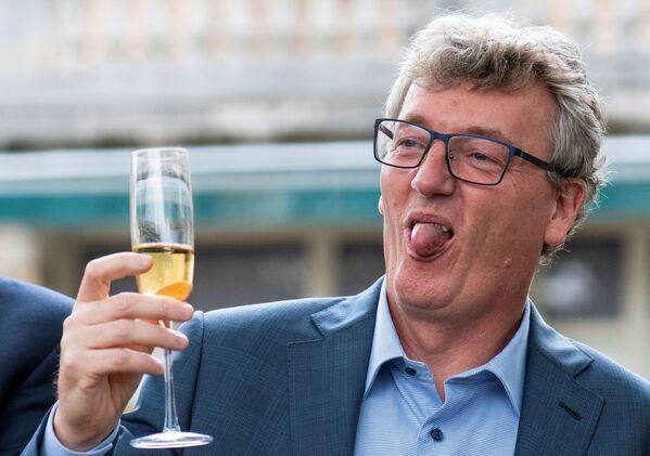Профессор Принстонского университета шотландского происхождения Дэвид В.К. Макмиллан, получивший Нобелевскую премию 2021 года по химии года вместе с Бенджамином Листом за развитие асимметричного органокатализа, празднует это событие бокалом шампанского в Принстоне, штат Нью-Джерси, США, 6 октября 2021 года. - Sputnik Армения