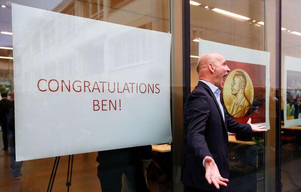 Немецкий ученый Бенджамин Лист, который вместе с Дэвидом Макмилланом получил Нобелевскую премию 2021 года по химии года за разработку асимметричного органокатализа, празднует с победу в Институте исследования угля Макса Планка в Мюльхайм-ан-дер-Рур, Германия, 6 октября. 2021 г. - Sputnik Армения