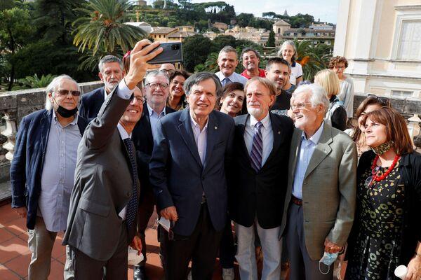 Лауреат Нобелевской премии по физике итальянский ученый Джорджио Паризи делает селфи со своими коллегами в Риме  5 октября 2021 года. - Sputnik Армения
