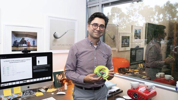 Ардем Патапутян держит в руках модель протеина Piezo в Центре неврологии Дорриса - Sputnik Армения