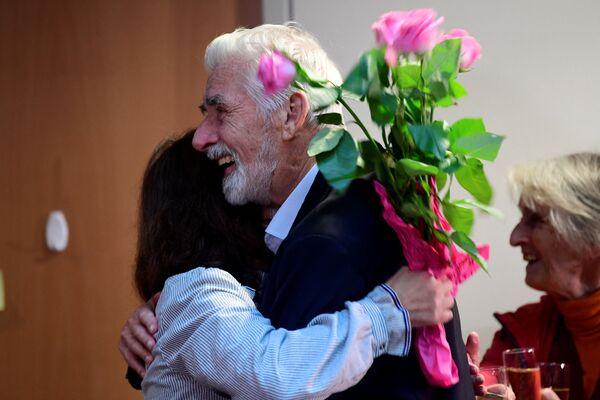 """Герман Клаус Хассельман после получения Нобелевской премии по физике 2021 года в Институте Макса Планка в Гамбурге, Германия, 5 октября 2021 года. Ученые Сюкуро Манабе, Клаус Хассельманн и Джорджио Паризи получили Нобелевскую премию 2021 года по физике за их """"новаторский вклад в развитие науки"""". наше понимание сложных физических систем """", - заявила во вторник награжденная организация. - Sputnik Армения"""