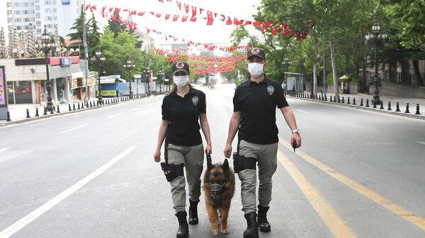 Сотрудники полиции Анкары патрулируют с собакой улицы в районе Улус (18 мая 2020). Анкарa - Sputnik Армения
