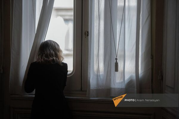 Сотрудница аппарата президента Италии в ожидании прибытия Aрмена Сaркисяна в Квиринальском дворце. - Sputnik Армения