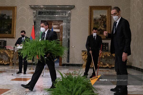 Сотрудники протокольных служб президентов Армении и Италии готовятся к брифингу в Квиринальском дворце - Sputnik Армения