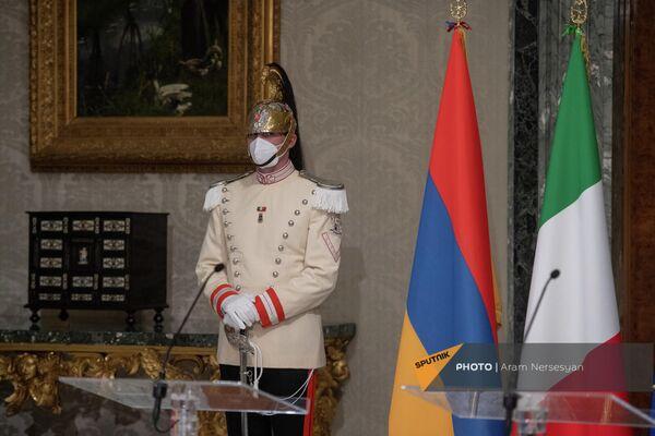 Офицер итальянского почетного караула перед брифингом президентов Армении и Италии в Квиринальском дворце - Sputnik Армения