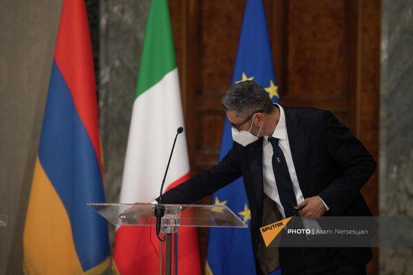 Сотрудник протокольной службы президента Италии проверяет технику перед началом брифинга в Квиринальском дворце - Sputnik Армения