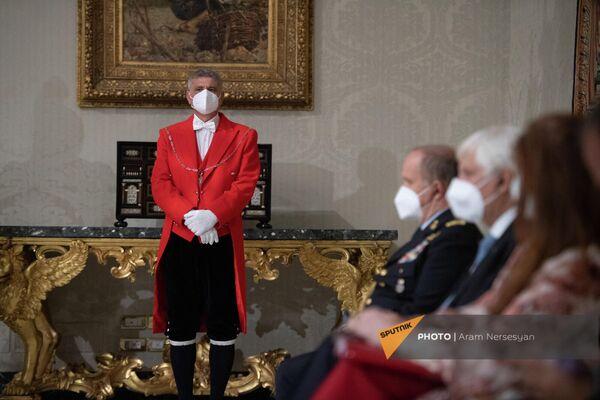 Сотрудник аппарата президента Италии в ожидании брифинга в Квиринальском дворце - Sputnik Армения