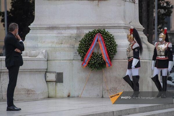 Сотрудник протокольной службы президента Италии рассматривает венок, возложенный от имени армянской делегации на площади Венеции. - Sputnik Армения