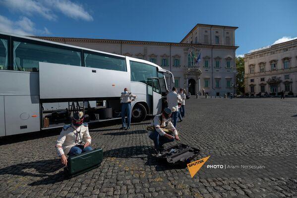 Музыканты военного оркестра собирают инструменты после церемонии встречи президента Армении в Квиринальском дворце - Sputnik Армения