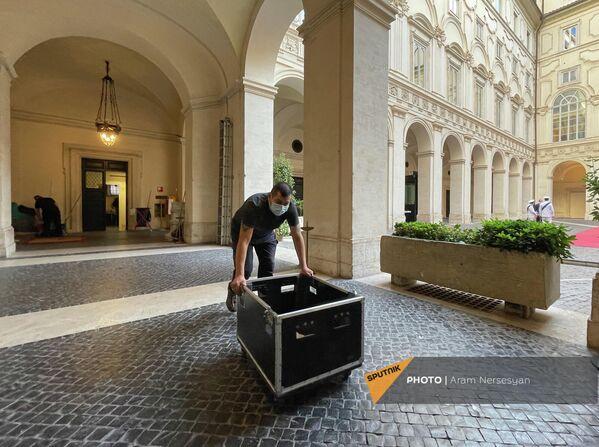 Сотрудник администрации премьер-министра Италии устанавливает технику перед прибытием президента Армении в Палаццо Киджи. - Sputnik Армения