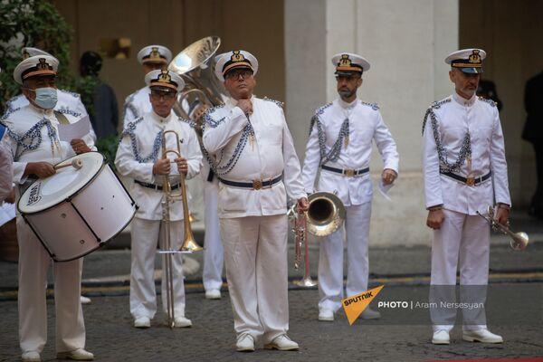 Музыканты военного оркестра в ожидании прибытия президента Армении в Палаццо Киджи - Sputnik Армения