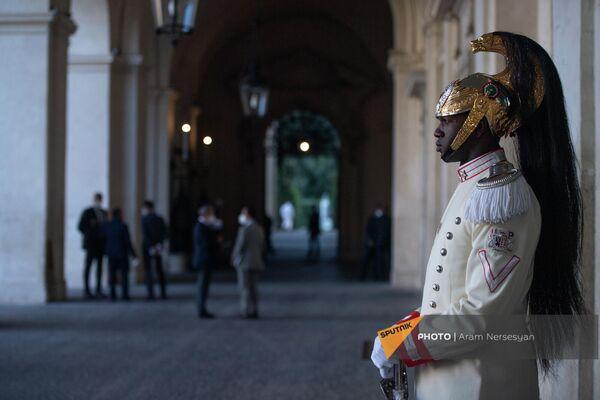 Офицер почетного караула перед церемонией прощания итальянского президента с Aрменом Сaркисяном в Квиринальском дворце - Sputnik Армения