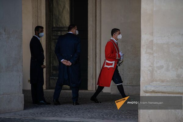 Сотрудники аппарата президента Италии после отбытия Aрмена Сaркисяна из Квиринальского дворца - Sputnik Армения