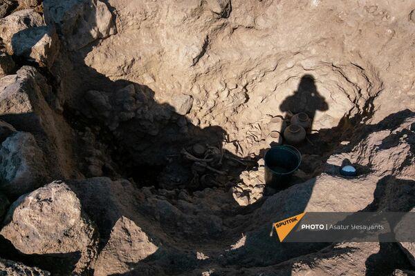 Тары и сосуды для еды и воды обнаруженные в некрополе Неркин Навер близ Аштарака. - Sputnik Армения