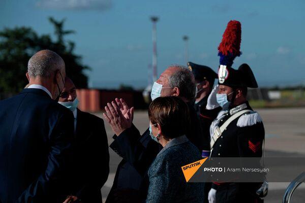 """Президент Армен Саркисян с супругой посетили Италию. В аэропорту """"Чампино"""" прошла торжественная церемония встречи с участием почетного караула.  - Sputnik Армения"""