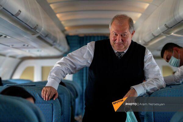 Президент Армен Саркисян на борту самолета, направляющегося в Италию. - Sputnik Армения