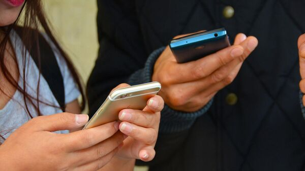 Пользователи со смартфонами - Sputnik Արմենիա