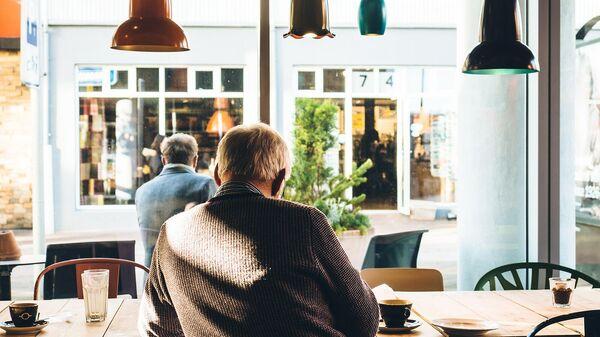 Пожилой человек в кафе за чашкой кофе - Sputnik Армения