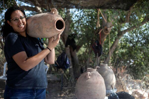 Одна из руководителей раскопок 1500-летней византийской винодельни в израильском городе Явне. - Sputnik Армения