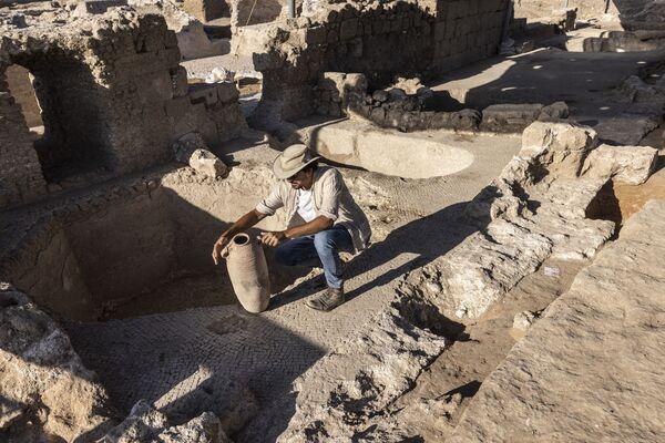 Археолог во время раскопок в древнем винодельческом комплексе возрастом около 1500 лет в израильском городе Явне. - Sputnik Армения