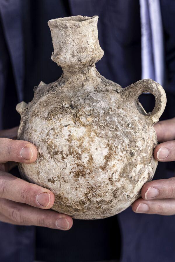 Кувшин, найденный на месте раскопок в древнем винодельческом комплексе возрастом около 1500 лет в израильском городе Явне. - Sputnik Армения