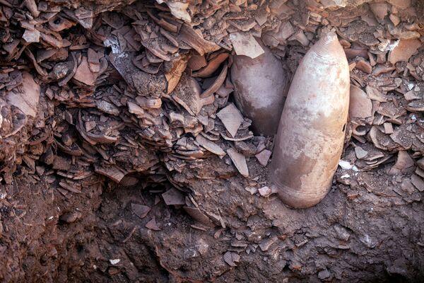 Фрагменты кувшинов в 1500-летней византийской винодельне, обнаруженной Управлением древностей Израиля в Явне, Израиль. - Sputnik Армения