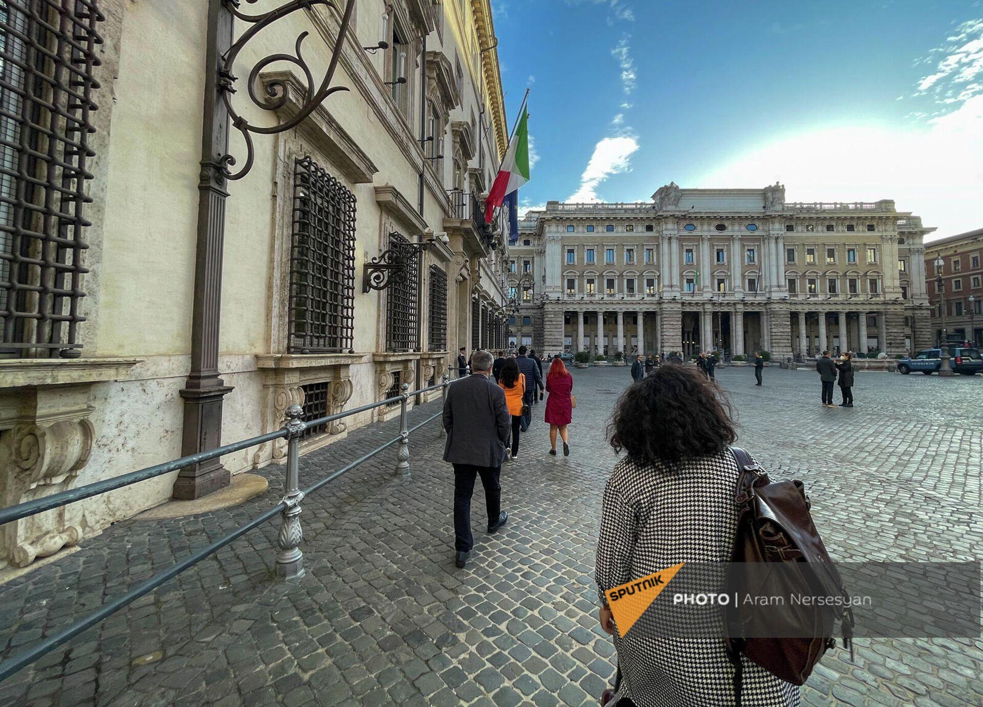 Армянские журналисты бегут сдавать тест пред официальной встречей президента Армении с премьером Италии - Sputnik Армения, 1920, 11.10.2021