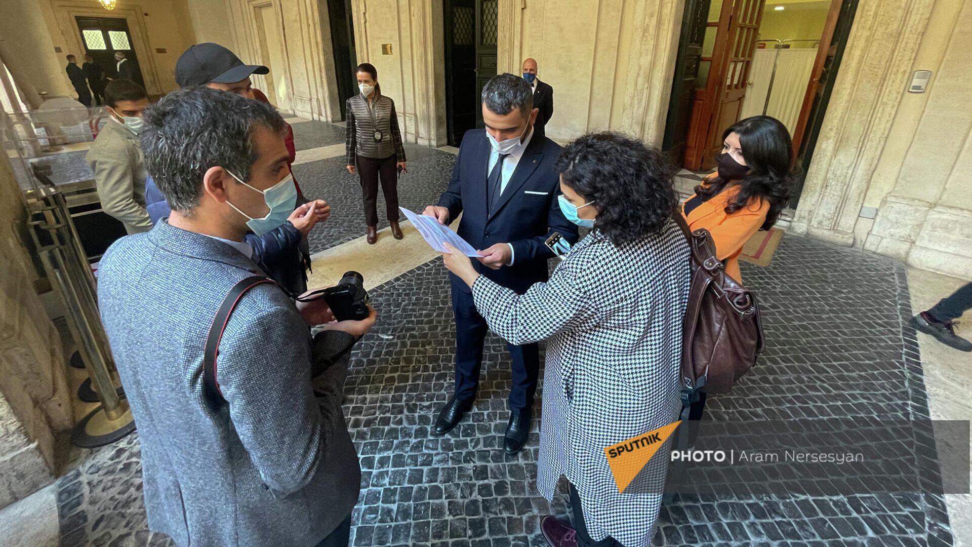 Армянские журналисты получили результат на тест - Sputnik Армения, 1920, 11.10.2021
