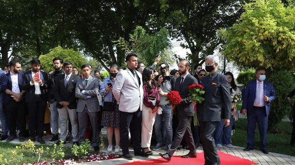 Министры иностранных дел Армении и Индии Арарат Мирзоян и Субраманьям Джайшанкар посетили памятник Махатме Ганди (13 октября 2021). Еревaн - Sputnik Армения