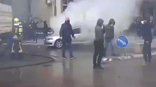 На севере Косова, в сербской части города Косовска-Митровица, протесты против полицейских рейдов переросли в беспорядки. - Sputnik Армения