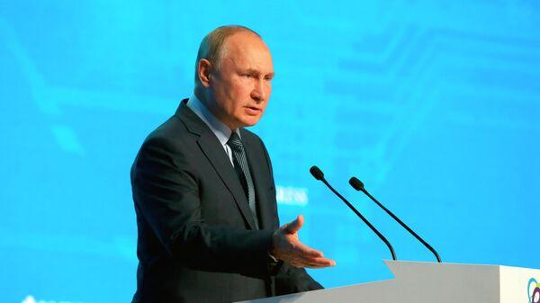 Президент России Владимир Путин выступает на пленарном заседании международного форума Российская энергетическая неделя (13 октября 2021). Москвa - Sputnik Армения