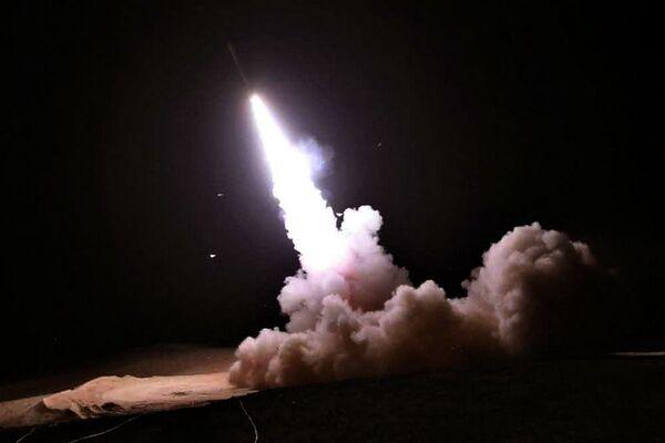 Зенитная ракетная установка производит залп во время совместных военных учений иранской армии и Корпуса стражей Исламской революции. - Sputnik Армения